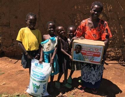Familie met pakket Oeganda