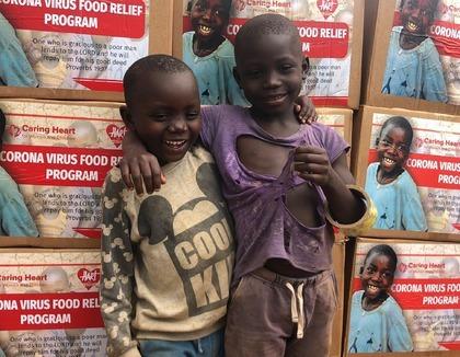 jongetjes voor voedselpakketten