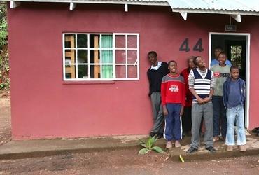 Kinderen betrekken nieuwe huisjes in Swaziland