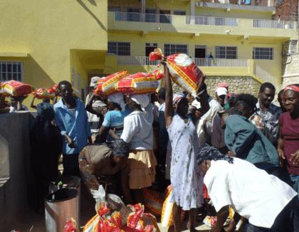 Voedsel brengen in hongerlijdend Haïti