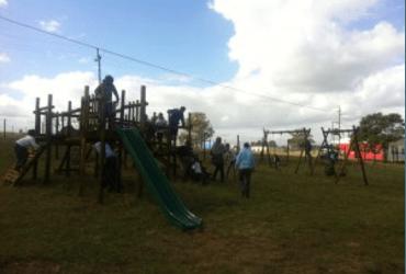 Een speeltoestel in Zuid-Afrika dankzij kinderen in Maastricht
