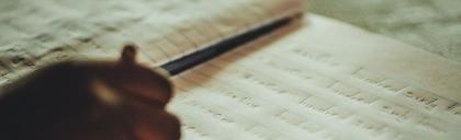 Oegandees kind leert schrijven