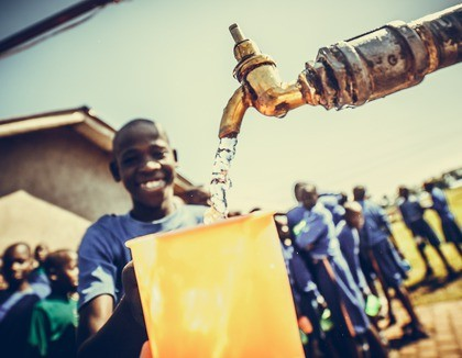 Heerlijk koel water in warm Oeganda