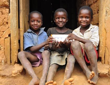 Blije Oegandese jongens