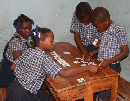 Kinderen leren tellen in Cité Soleil Haiti