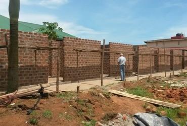 Nieuwe jongens- en meisjesslaapkamers op school in Oeganda