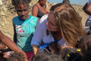T-shirts uitdelen in Haïti
