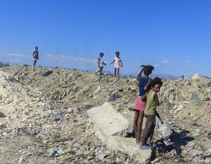 Kinderen op de vuilnisbelt in Cite Soleil