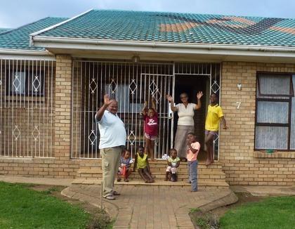 Blije kinderen in een pleeggezin in Zuid-Afrika
