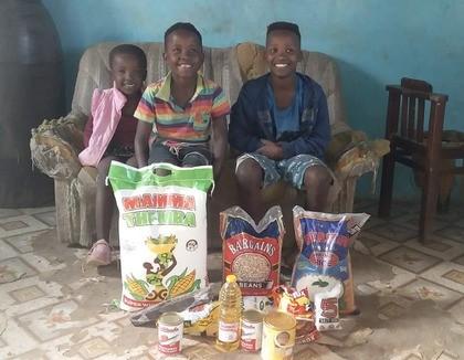 Kinderen met pakket Zuid-Afrika
